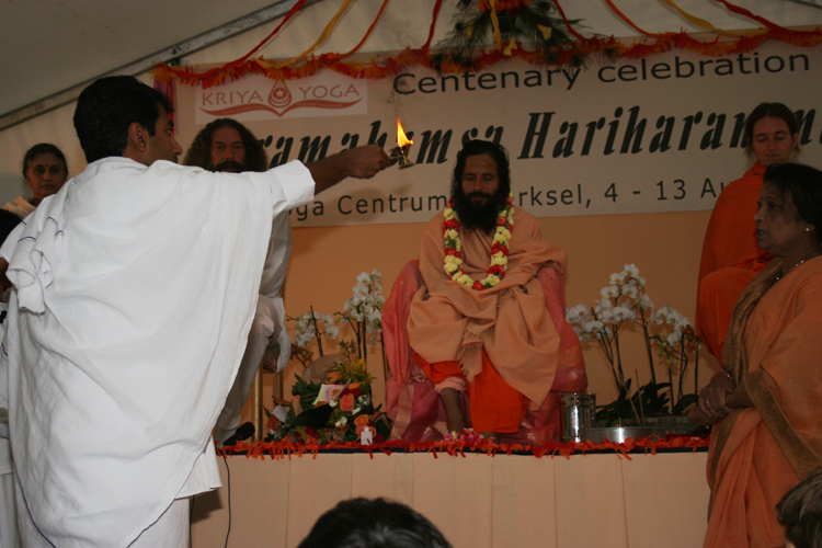 Arathi de Prajnanananda au programme de Kriya Yoga du Centenaire de Paramahamsa Hariharananda à Sterksel en août 2006