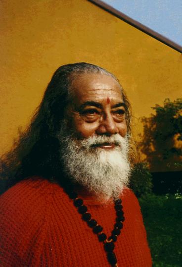 Paramahamsa Hariharananda radieux en pull rouge