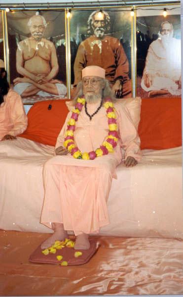 Paramahamsa Hariharananda assis devant la lignée des Gurus du Kriya Yoga