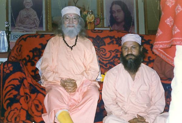 Swami Brahmananda Giri assis au pieds de Paramahamsa Hariharananda