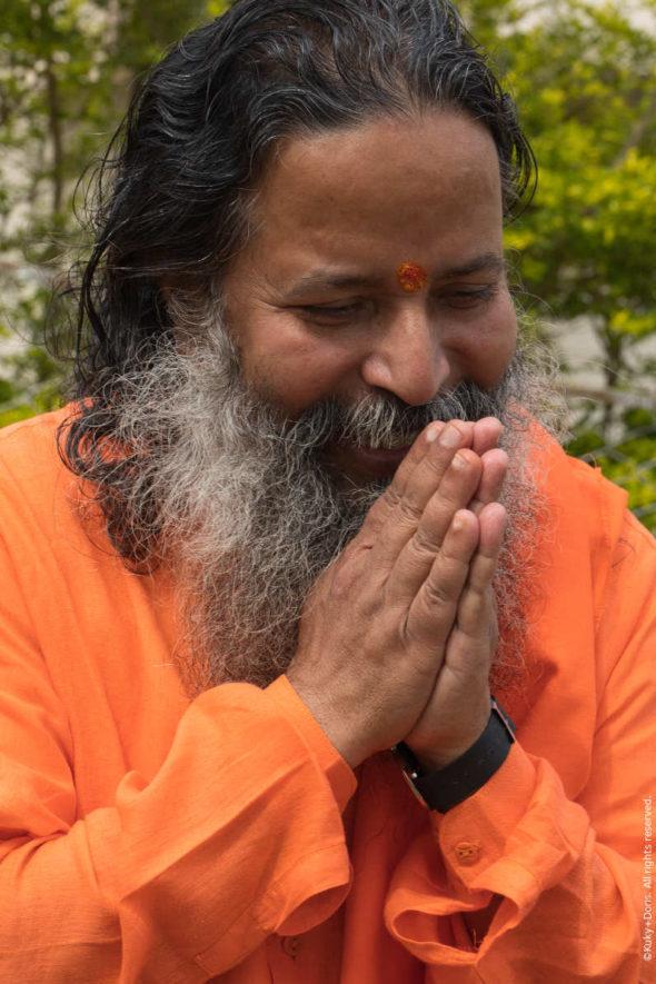 Paramahamsa Prajnanananda les mains jointes en namaskar