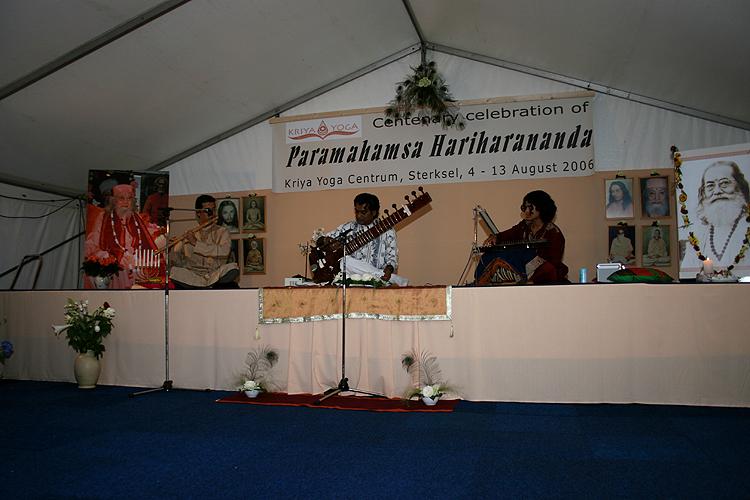 concert au programme de Kriya Yoga du Centenaire de Paramahamsa Hariharananda à Sterksel en août 2006