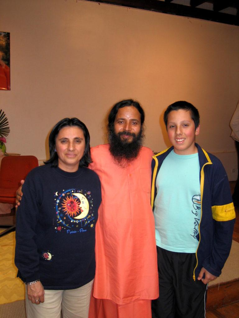Paramahamsa Prajnananada avec Pepita et son frere au programme de Kriya Yoga de Paris en juin 2005