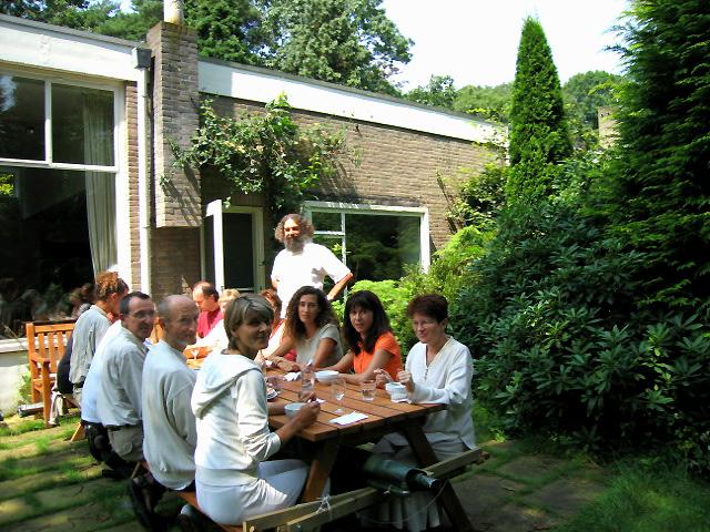repas dans le jardin au stage d'été de Kriya Yoga à Sterksel juillet 2004