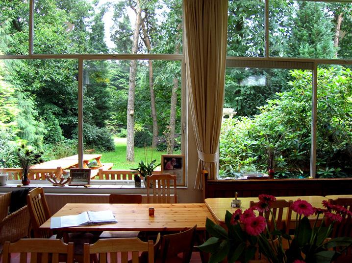 Vue sur le jardin à partir de la salle à manger de l'ashram Kriya Yoga de Sterksel Hollande