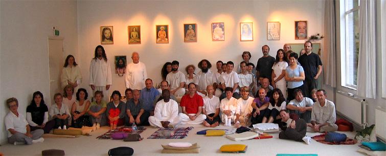 photo de groupe dans la salle de méditation lors du stage d'été de Kriya Yoga à Sterksel juillet 2004