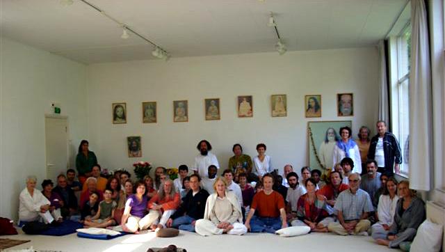 Photo de groupe dans la salle de métitation au stage kriya yoga d'été d'Août 2008
