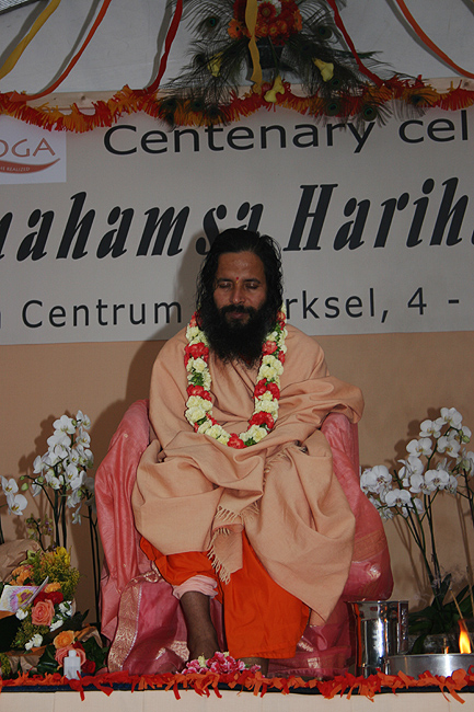 Paramahamsa Prajnanananda en méditation au programme de Kriya Yoga du Centenaire de Paramahamsa Hariharananda à Sterksel en août 2006