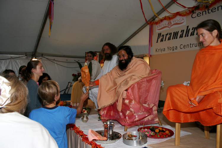 Prajnanananda assis souriant au programme de Kriya Yoga du Centenaire de Paramahamsa Hariharananda à Sterksel en août 2006