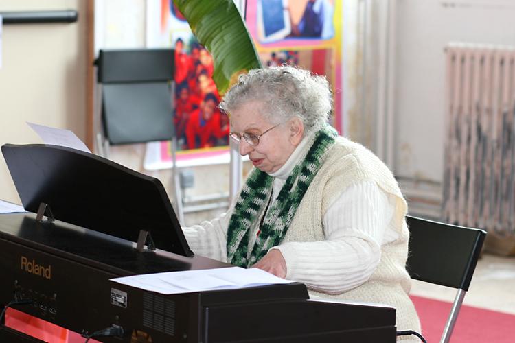 Gabi jouant du piano lors du Centenaire de Paramahamsa Hariharananda en mars 2007