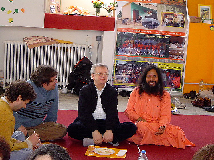 Prajnanananda assis au sol avec des Kriyavans lors du Centenaire de Paramahamsa Hariharananda en mars 2007