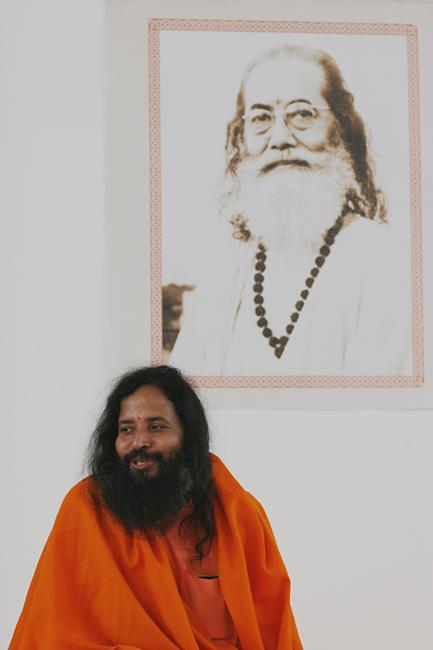 Prajnanananda souriant devant le portrait de Hariharananda lors du Centenaire de Paramahamsa Hariharananda en mars 2007