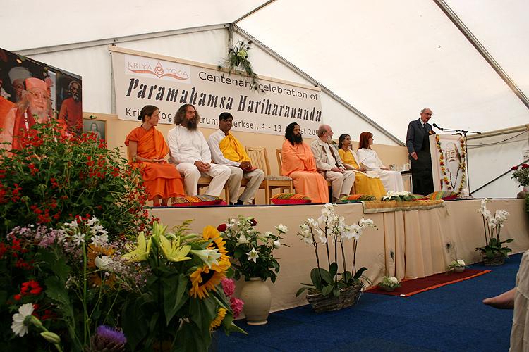 conference au programme de Kriya Yoga du Centenaire de Paramahamsa Hariharananda à Sterksel en août 2006