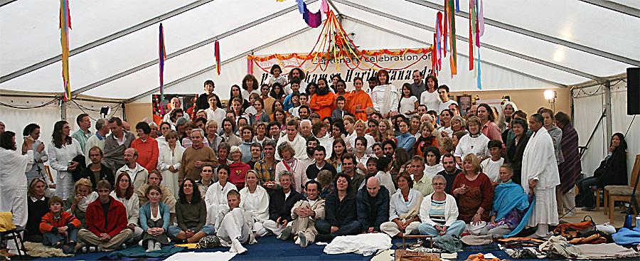 photo de groupe au programme de Kriya Yoga du Centenaire de Paramahamsa Hariharananda à Sterksel en août 2006
