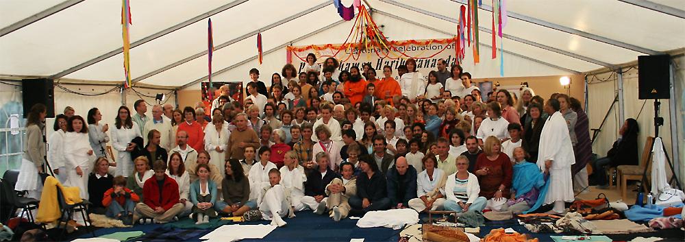 photo de groupe dans la grande tante au programme de Kriya Yoga du Centenaire de Paramahamsa Hariharananda à Sterksel en août 2006
