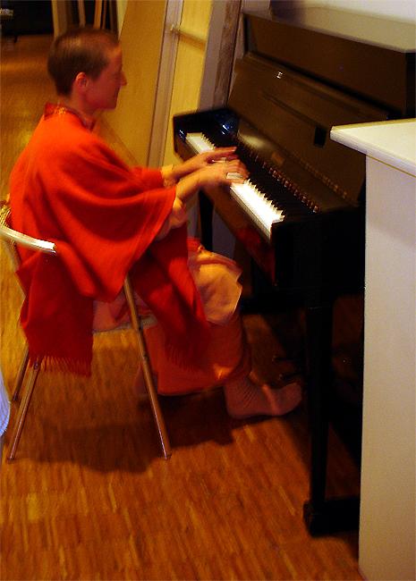 Swami Mangalananda Giri joue du piano au programme kriya yoga de Paris en janvier 2009