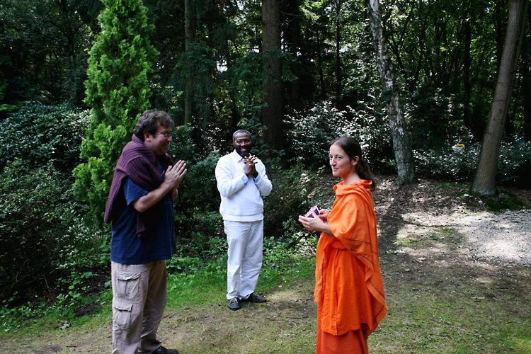 Christian et Clovis saluent Mangalananda au programme de Kriya Yoga du Centenaire de Paramahamsa Hariharananda à Sterksel en août 2006