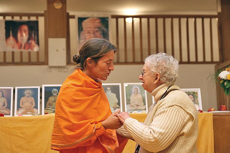 Swami Mangalananda Giri tiens la main de Gabi au programme de kriya yoga de Paris en mars 2008