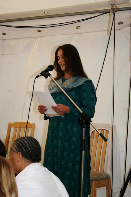 Margot fait une lecture au programme de Kriya Yoga du Centenaire de Paramahamsa Hariharananda à Sterksel en août 2006