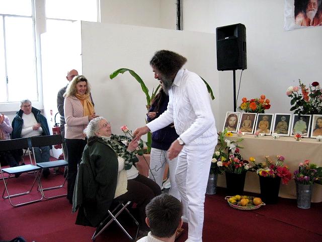 Peter Baba reçoit une rose de Gabi lors du Centenaire de Paramahamsa Hariharananda et Jubilé de Peter à Paris en mars 2007