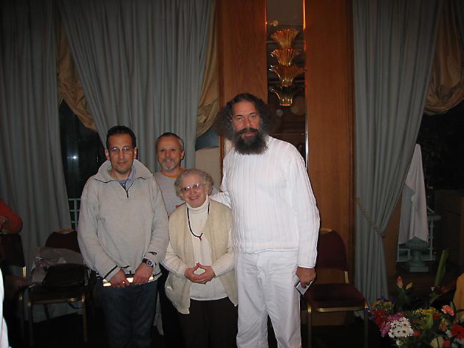 Peter Baba avec des Kriyavans lors du Centenaire de Paramahamsa Hariharananda au programme de Kriya Yoga de Paris en novembre 2006