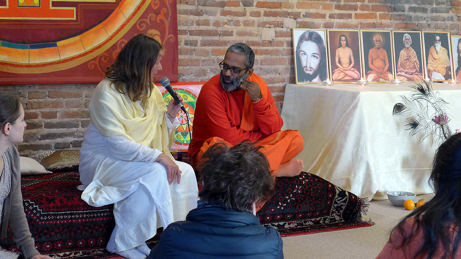 Yogacharya Claudia Cremers et Swami Achalananda Giri au programme de Kriya Yoga de Pontgouin (le Centre Amma) avril 2016