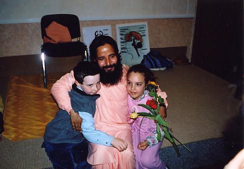 Paramahamsa Prajnanananda entouré d'enfants au programme de Kriya Yoga d'octobre 2003