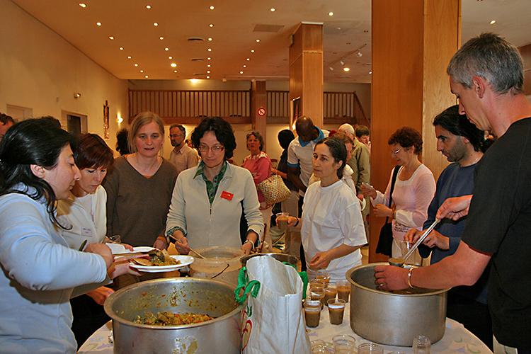Repas collectif au programme de Kriya Yoga à Paris en mai 2009
