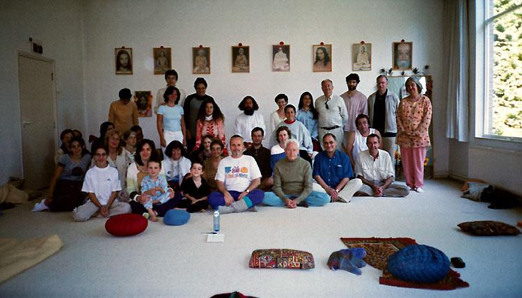 photo de groupe dans la salle de méditation au stage de Kriya Yoga à Sterksel en 2003