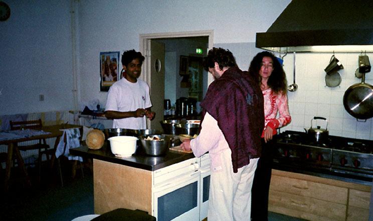 dans la cuisine de Sterksel lors du stage de Kriya Yoga  en 2003