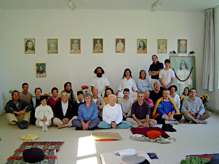 photo de groupe dans la salle de méditation au stage d'été de Kriya Yoga à Sterksel d'août 2005