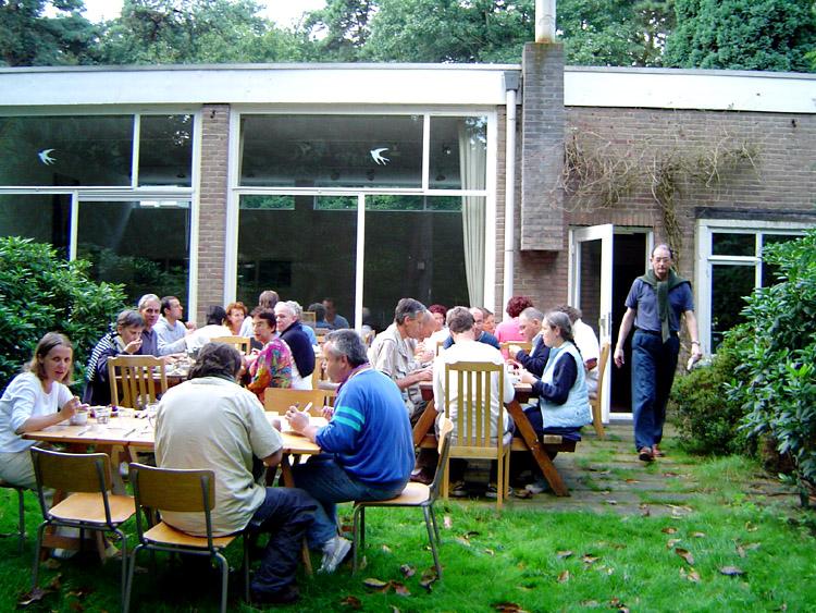 repas dans le jardin au stage d'été de Kriya Yoga à Sterksel d'août 2005