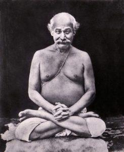Lahiri Mahasaya en shambavi mudra assis en position du lotus