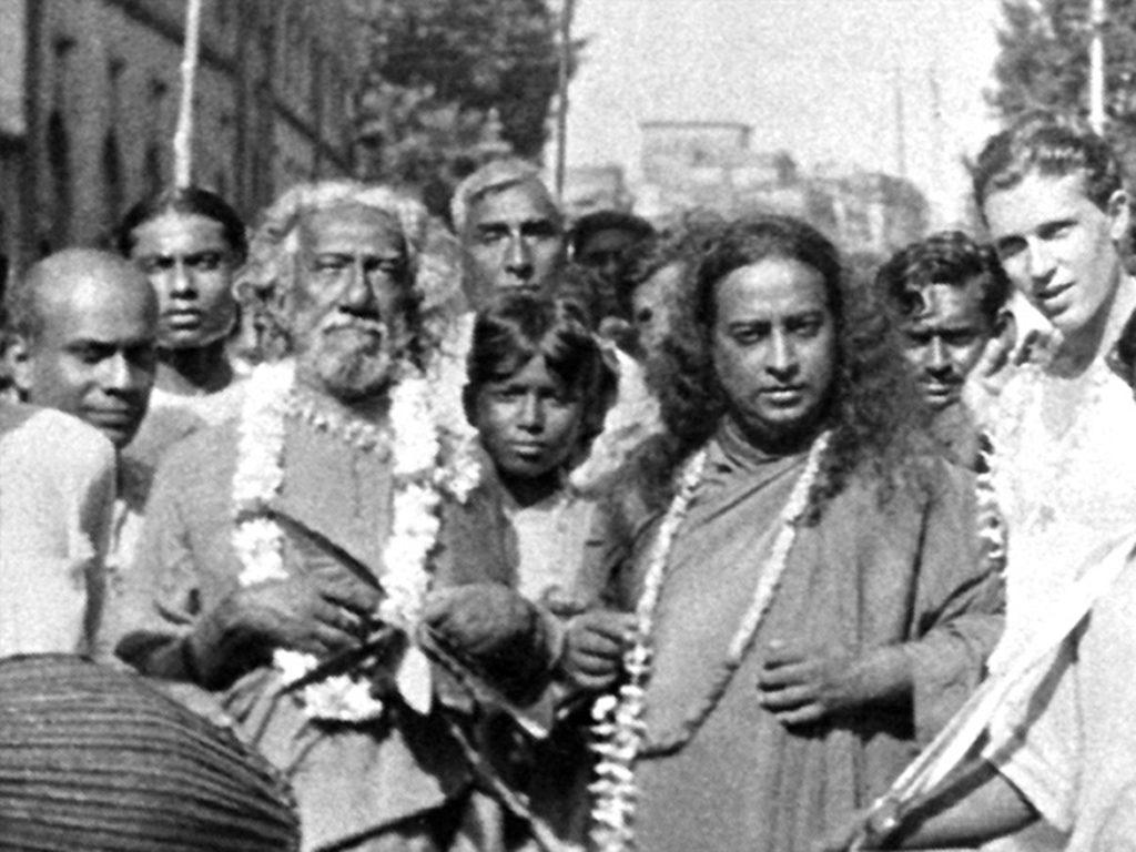 Sri Yukteswar with Yogananda walking kirtan, Yogananda de retour en Inde