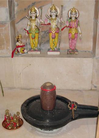 Shiva Lingam au temple Kriya Yoga ashram à Balighai, orissa
