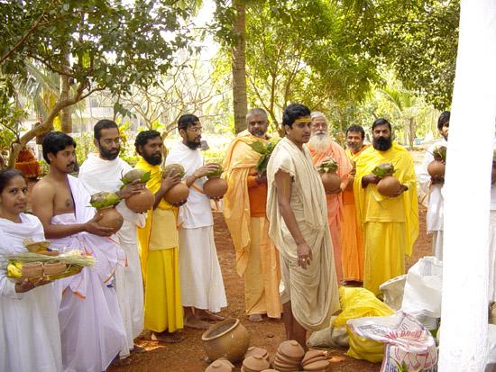 Brahmachraris en résidence et Swamis de la Prajnana Mission durant les cérémonies préliminaires