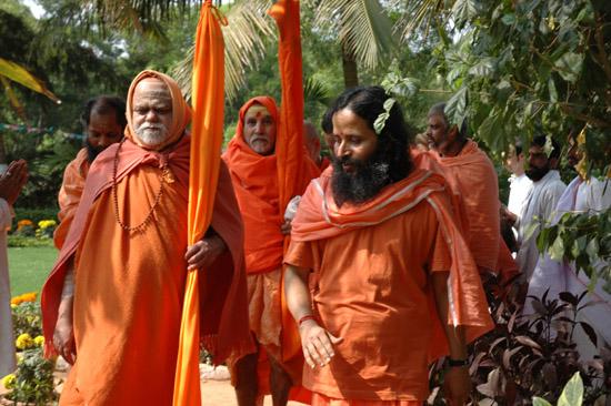 Paramahamsa Prajnananandaji avec le Jagadguru Shankaracharya Swami Nischalananda Saraswati de Gobardhan Peeth Puri et le Shankaracharya Shrimat Chinmayananda Saraswati du Sumeru Pitha de Kashi visitant l'ashram de Balghai pendant les 6èmesIIKYS.