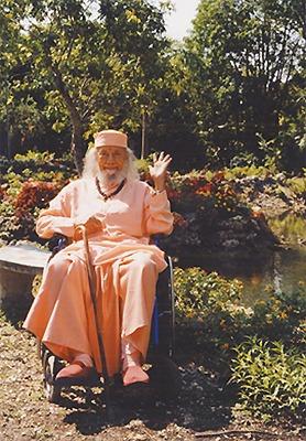 Baba Hariharananda dans le jardin