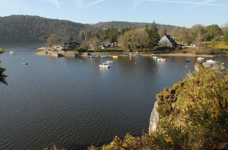 vue du lac de Guerlédan mur de bretagne