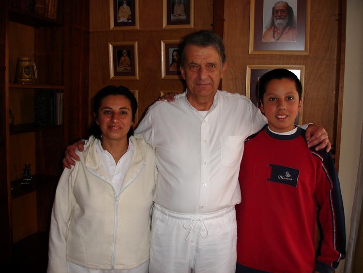 Yogacharya Miguel Bermudez entouré de ses enfants