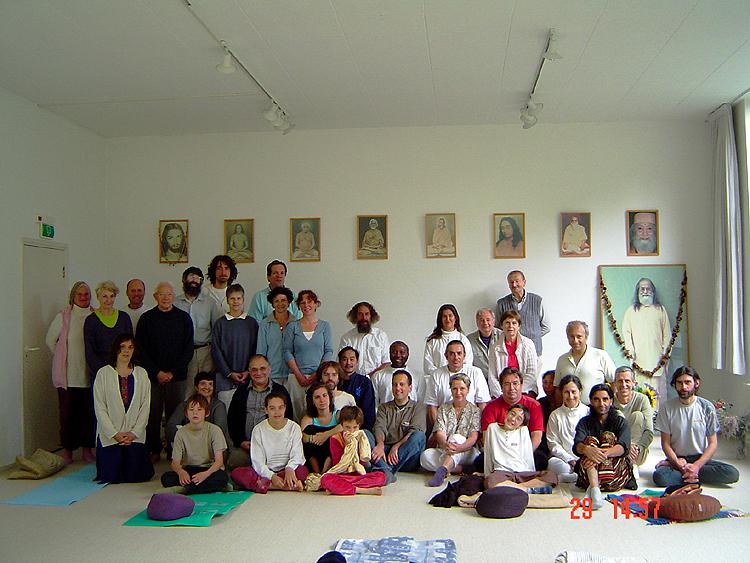 Photo de groupe dans la salle de méditation de l'ashram de kriya yoga de Sterksel Sterksel en Juillet 2007