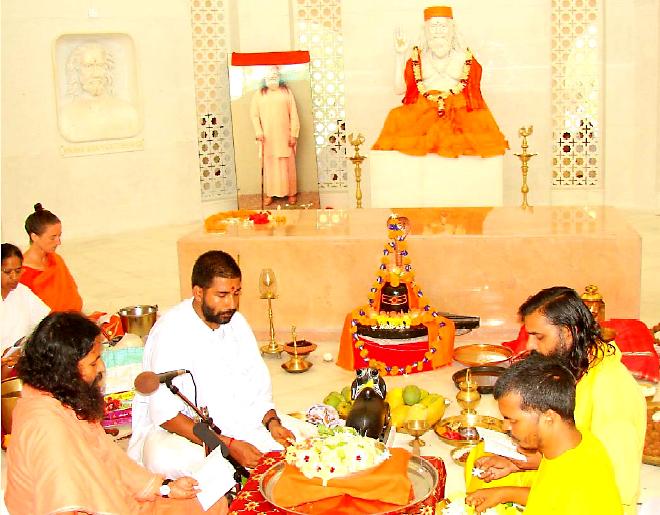 Puja à Balighai ashram lors du centenaire de Gouroudev Hariharananda