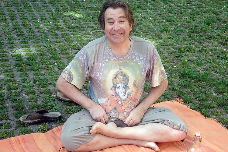 Christian montre son t-shirt Ganesh