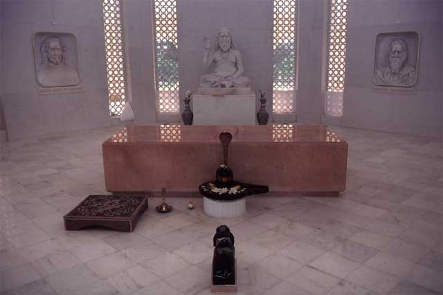 A l'intérieur du Samadhi de Gouroudev Baba Hariharanandaji